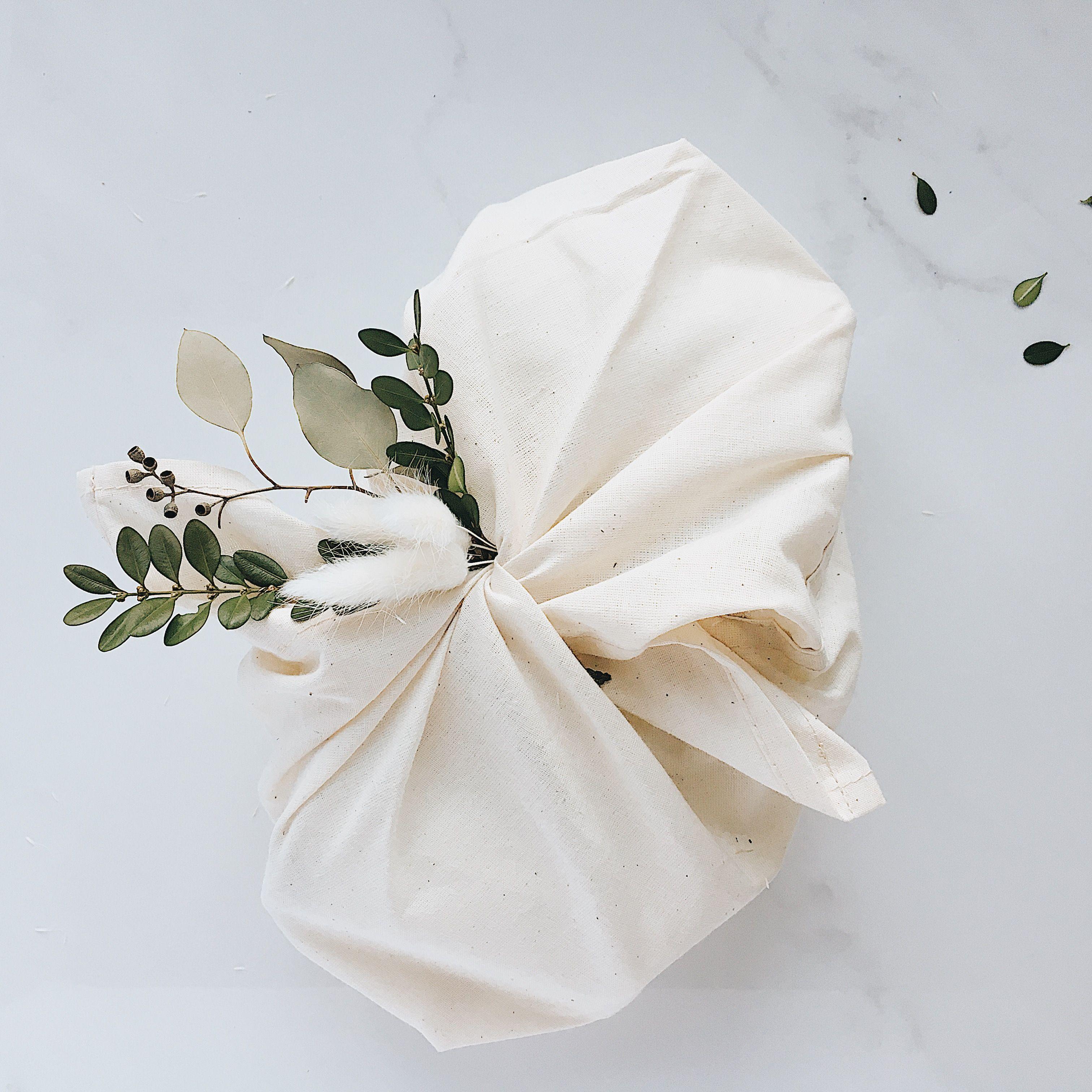 Les sacs bento, sont parfaits pour un cadeau 2 en 1! En plus de remplacer le papier d'emballage, ils pourront être réutilisés pour 1001 fonctions.  Adoptez la façon « furoshiki » d'envelopper vos cadeaux. Cette technique est non seulement écologique, elle est aussi magnifique! Effet wow garanti sous le sapin. Pour le Noël 2018, on pense réutilisation avec des emballages cadeaux de tissu. #emballagecadeauecologique