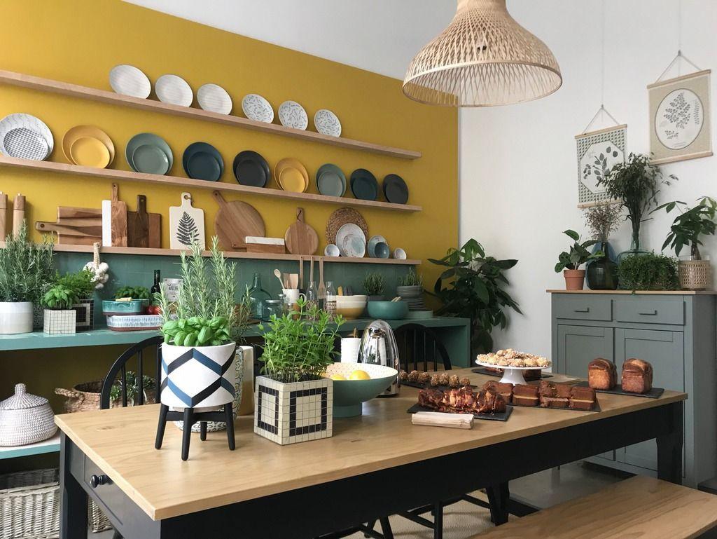 Nous avons craqué pour cette cuisine vert et jaune, vue