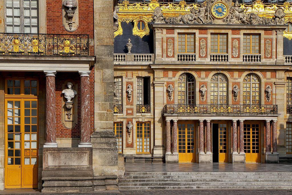 la cour de marbre : elle est pavée de marbre noir et blanc c'est la cour du  château primitif de Louis XIII en 2020 | Château, Marbre noir et blanc,  Versailles