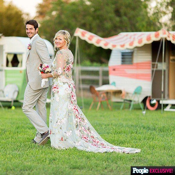 Jennie Garth Looked Amazing On Her Wedding Day Wearing A Gorgeous Clairepettibone Wedding In 2020 Celebrity Wedding Dresses Celebrity Bride Celebrity Wedding Photos