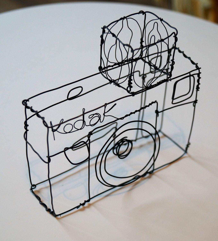 Wire sculpture of an old Kodak camera   Blitze, Draht und Kamera