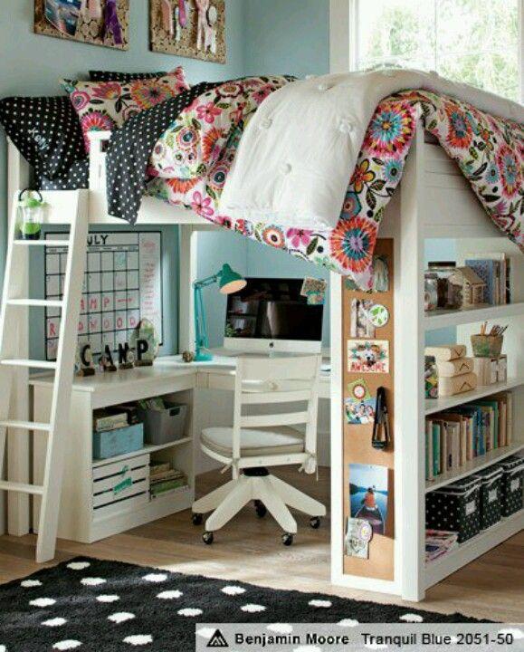 cama y escritorio en el mismo espacio