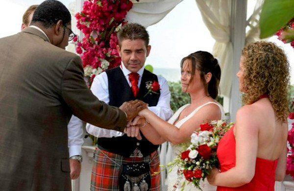 在婚禮當天的John和Morag。