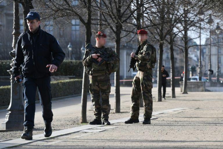 """Um homem atacou uma patrulha militar com um facão e aos gritos de """"Alá é grande"""", nesta sexta-feira (3) perto do Museu do Louvre, em Paris, antes de ser gravemente ferido pelo disparo de um soldado, uma agressão que o premiê francês afirmou ser de """"caráter terrorista""""."""