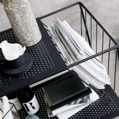 Use sidobord med hjul från House Doctor. Det ultimata sidobordet i svart stål! Här får plats med all...