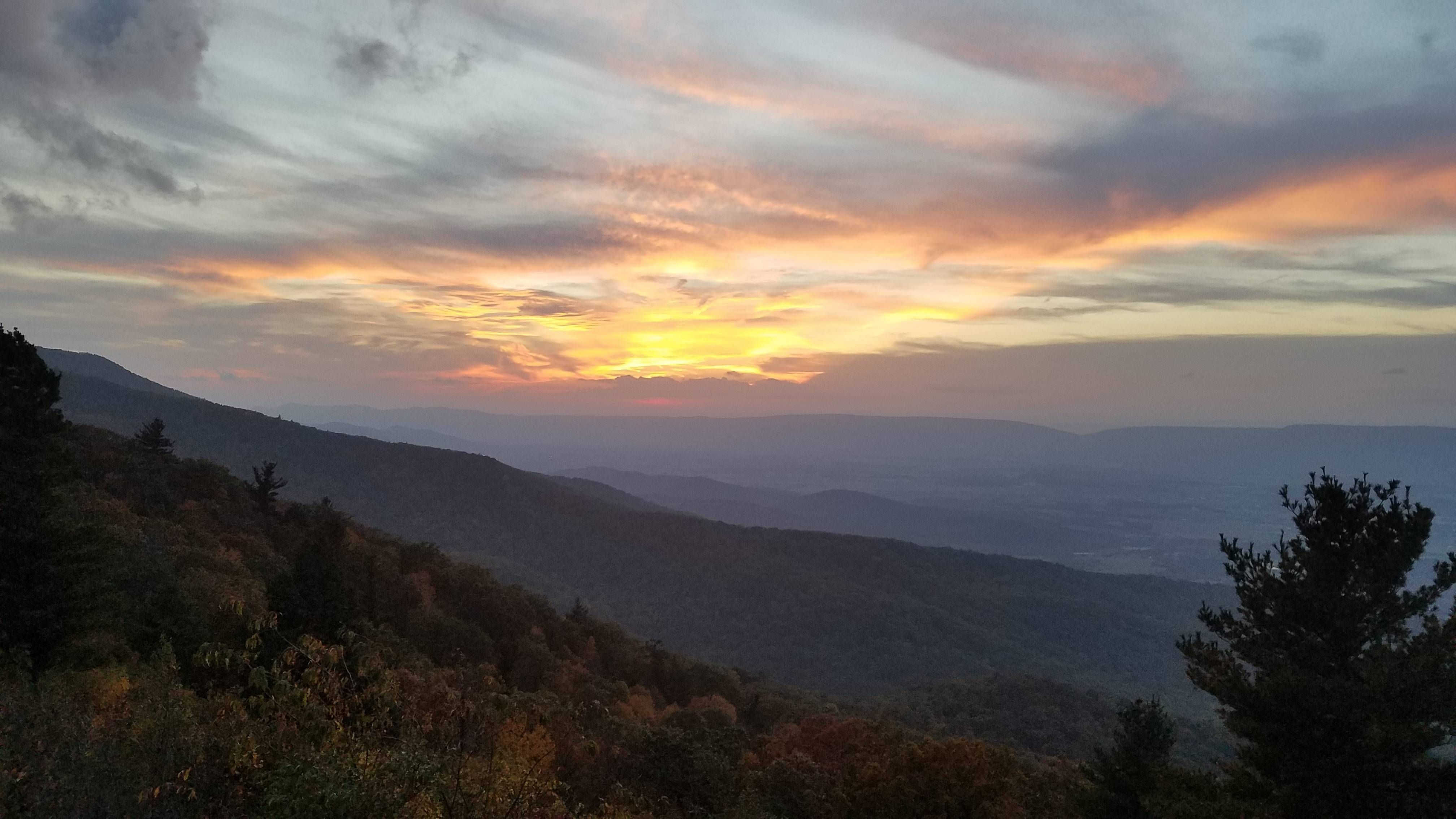 Fall sunset over the Shenandoah Valley; Virginia USA [OC] (4032x2268)