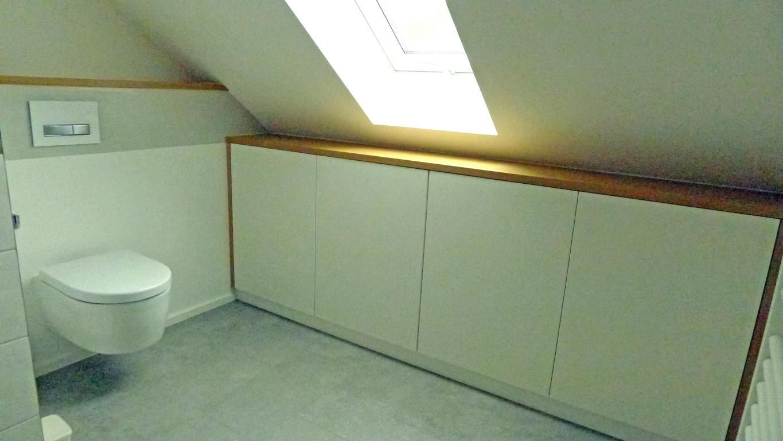 Schrank in Dachschräge Bad Lack weiß, Türen push to open Deckplatte ...