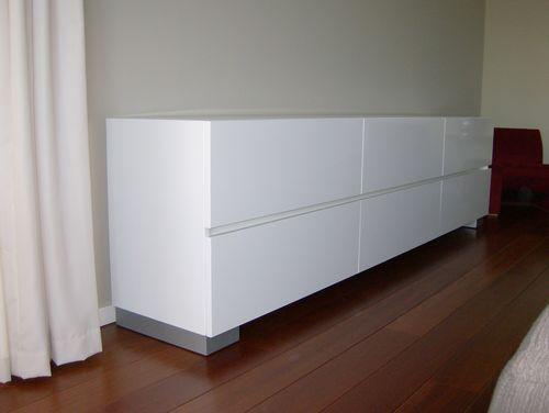 Gespoten hoogglans RAL 9010 dressoir met greeploze laden, inclusief wielen   living room
