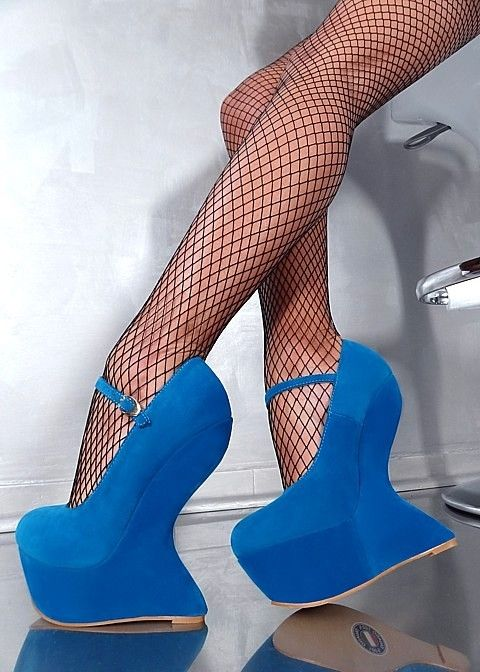 Superbes escarpins bleus X8 à plateau de 6cm , talon compensé de 17cm et délicate bride à la cheville de chez 1969