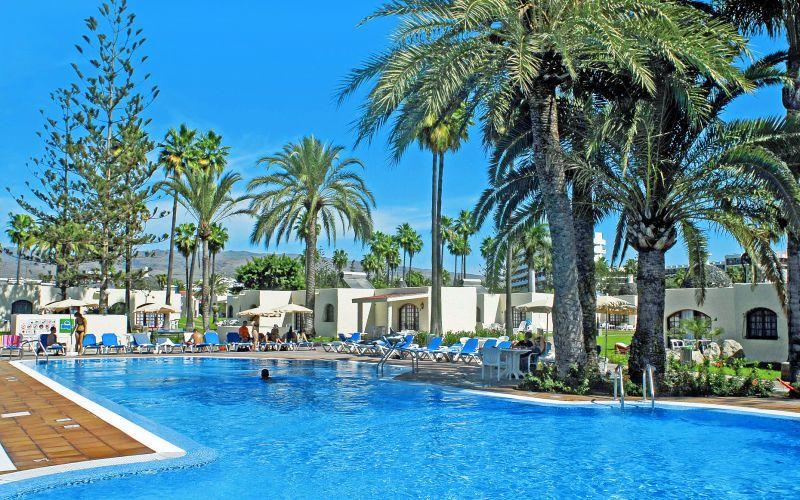 Parque Cristobal hotelli on yksi Playa del Inglésin suosituimmista bungalowhotelleista. Sekä lapset että aikuiset viihtyvät upealla allasalueella, jolla on pieni vesiliukumäki ja leikkipaikka. Hotelli järjestää englanninkielisen lastenkerhon sekä päivä- ja iltaohjelmaa useita kertoja viikossa. www.apollomatkat.fi