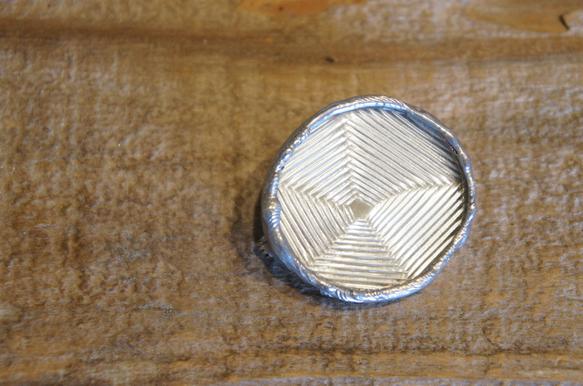 繊細な模様の入ったアンティークガラス硝子のブローチです♦*約 縦3.2cm 横3.5cm硝子と鏡を2枚合わせて作っていますので、少し重めですので、...|ハンドメイド、手作り、手仕事品の通販・販売・購入ならCreema。