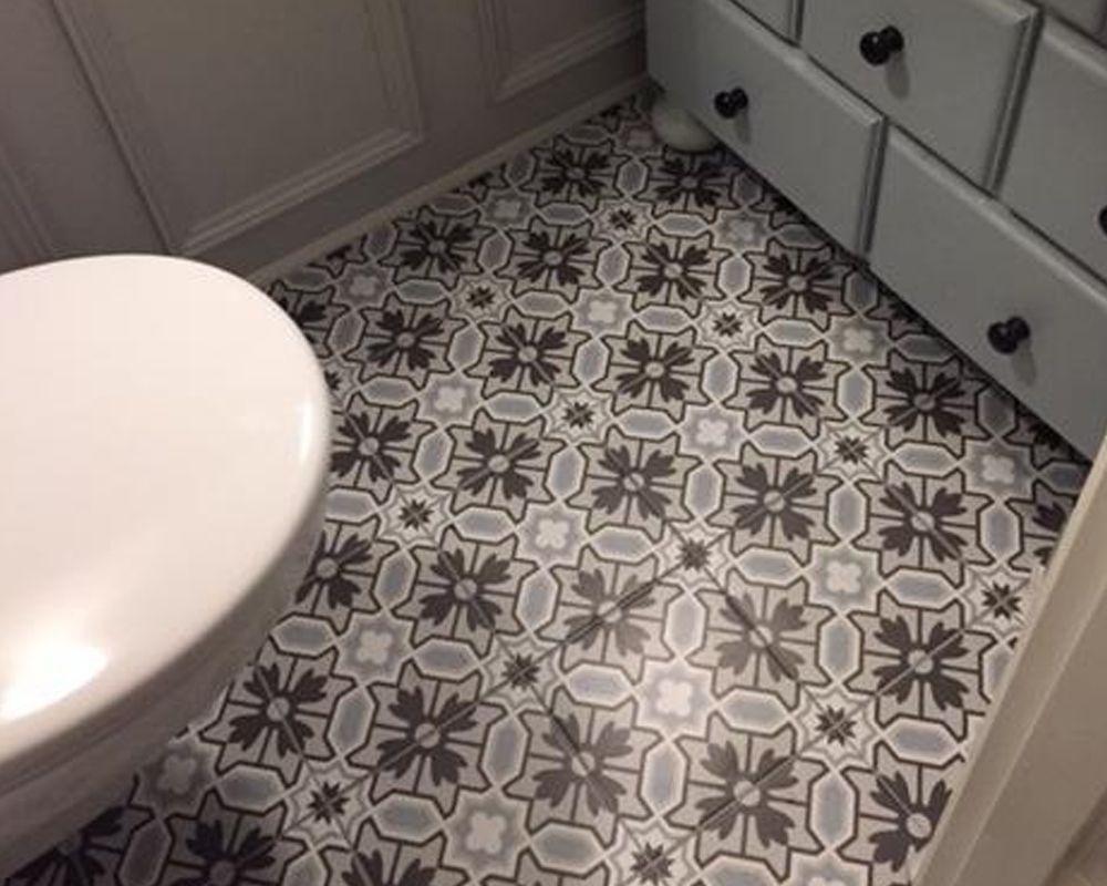 Portugese Tegels Toilet : Badkamer met bruine marmerlook tegels leisteenlook en tegelstroken
