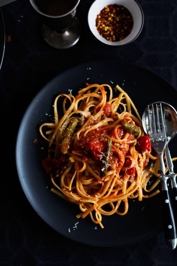 Linguine with Asparagus and Tomato - Meatless Monday cannot get more delicious - thespiceadventuress.com