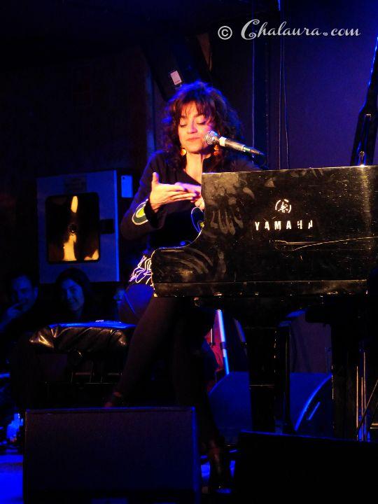 Carmen París en uno de los descansos entre canción y canción en los que paraba para hablar con su público