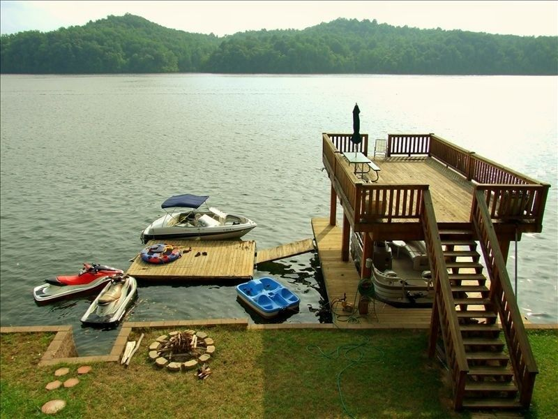 Would love to live on the lake & have a deck like this