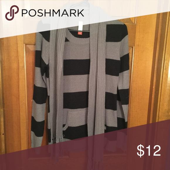 New! Grey/black sweater size large New! Grey/black sweater with grey detachable scarf size large Sweaters
