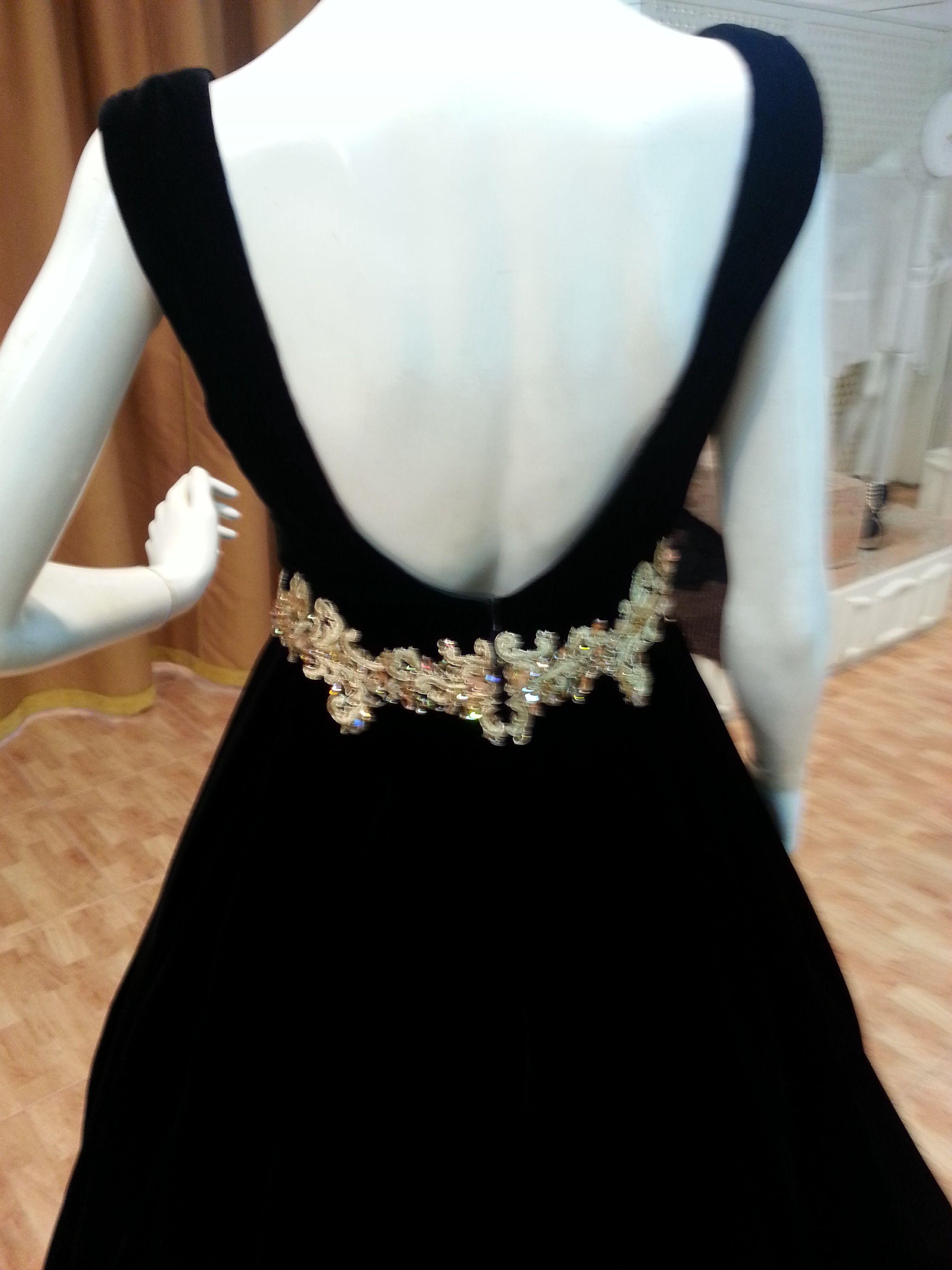 مخمل اسود مع حزام تطريز بالذهب رائع شمعة الجزيرة للازياء 0504407092 White Formal Dress Style My Style