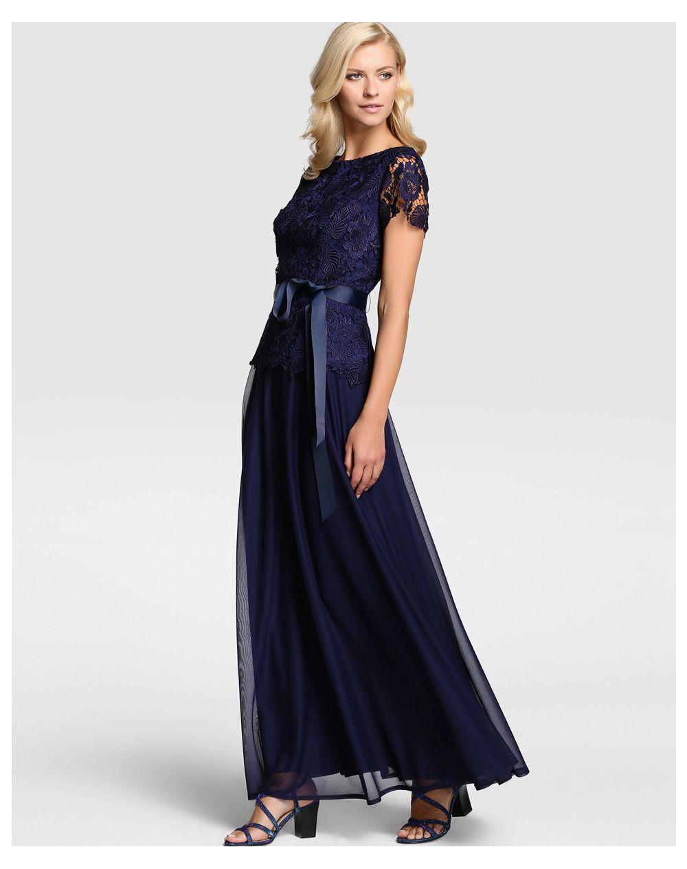 Vestido largo, en color azul marino, con efecto top y falda. Cuerpo de guipur, de manga larga y escote redondo y falda de gasa, con pliegues y lazo a la cintura. #vestido #invitadas #bodas