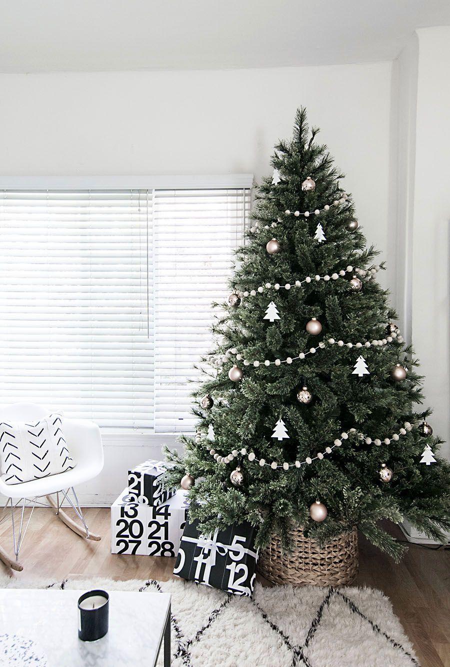 13 Minimalist Rooms Rocking Chic Christmas Decor   Scandi living ...