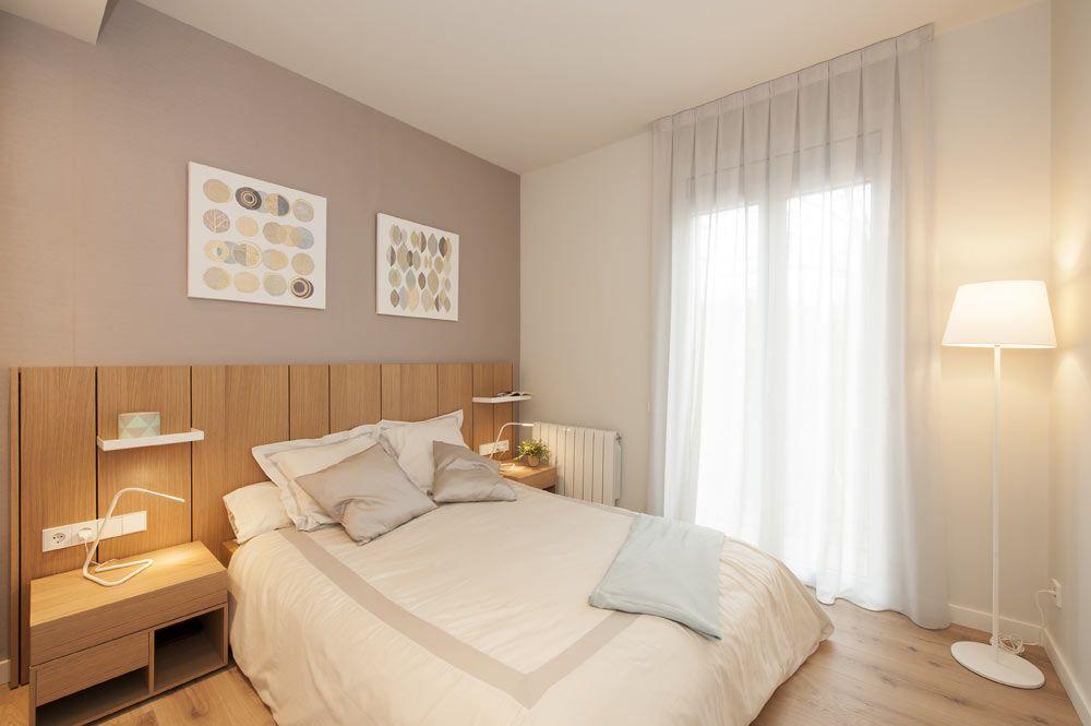 Dormitorio mediano en color gris, blanco y madera. Diseño y ejecución de Sincro.