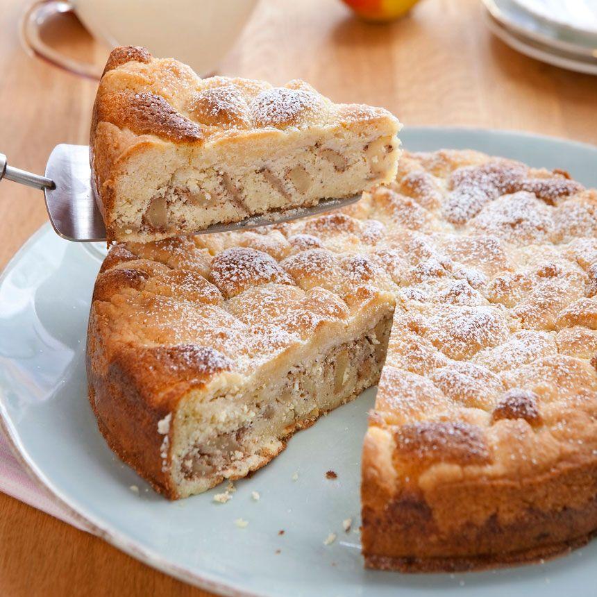 Saftig kaka fylld med äpplen, kardemumma och mandelmassa och på toppen knapriga pajsmulor.