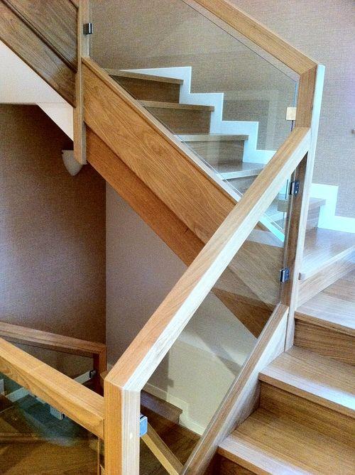 Bonita combinaci n de madera y vidrio dise o de roberto - Escaleras de cristal y madera ...