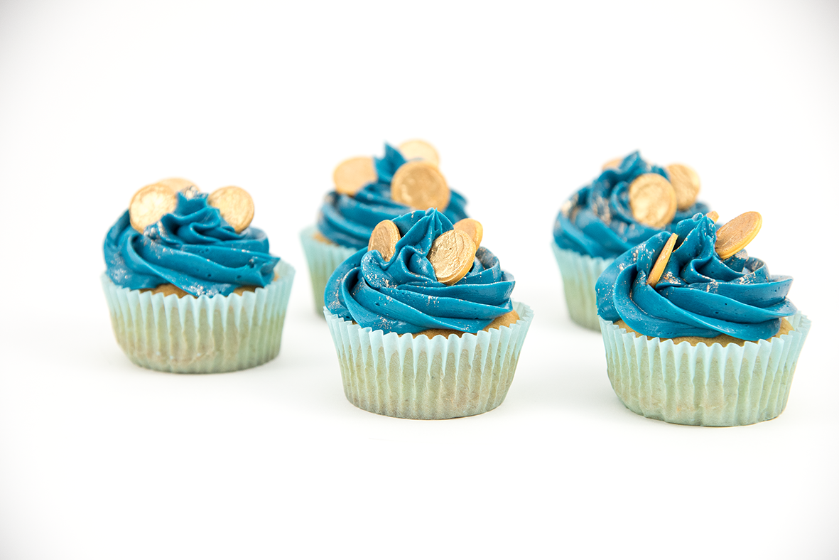 Perfekt für kleine Entdecker (und natürlich auch für große Schatzsucher)! Cupcakes mit blauen Frischkäsewellen und glitzernden Goldmünzen. #muffins #cupcakes #pirat