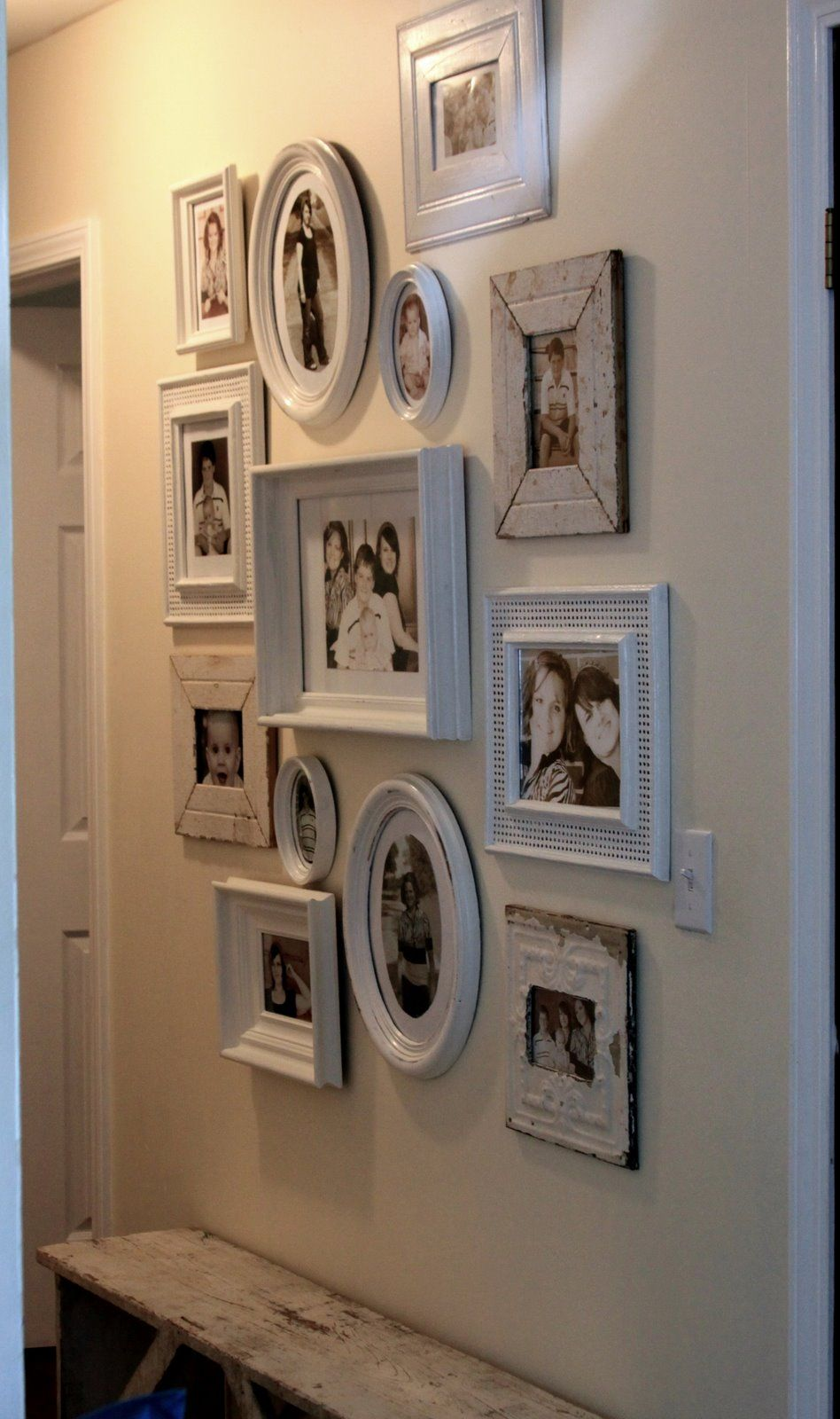 Bilderrahmen Collage Porta A Gathering Of White Frames In Different Sizes And Shapes Wall