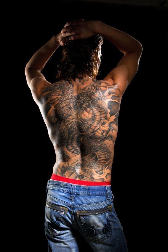 dos complet dragon noir et gris homme tatouge | tatouage | pinterest