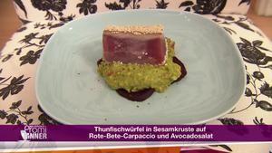 Thunfischwürfel in Sesamkruste auf Rote Beete Carpaccio und Avocado