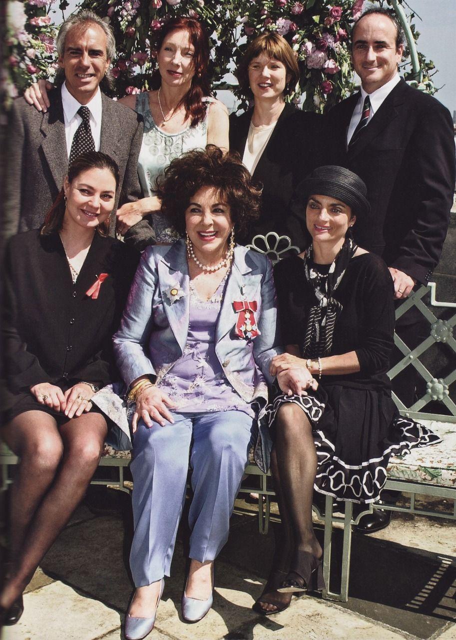 Dame Elizabeth Taylor With Her Children 2000 Backrow Son Michael Wilding Jr His Spouse Chris Spou Joyas De Elizabeth Taylor Famosos Elizabeth Taylor