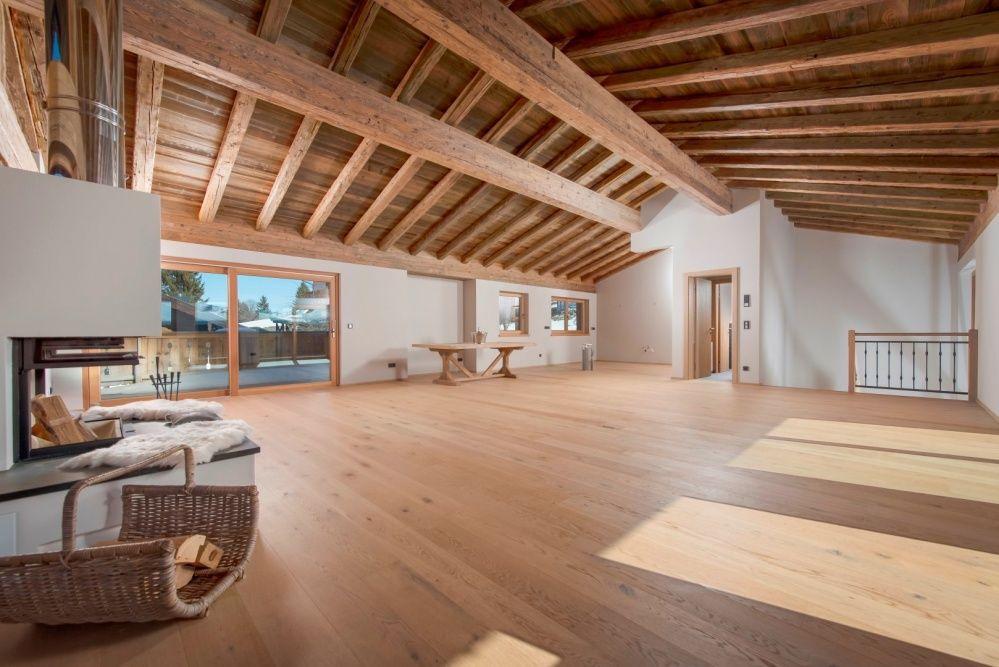 Edles wohnzimmer aus altholz mit offenem dachgeb lk for Wohnzimmer edel