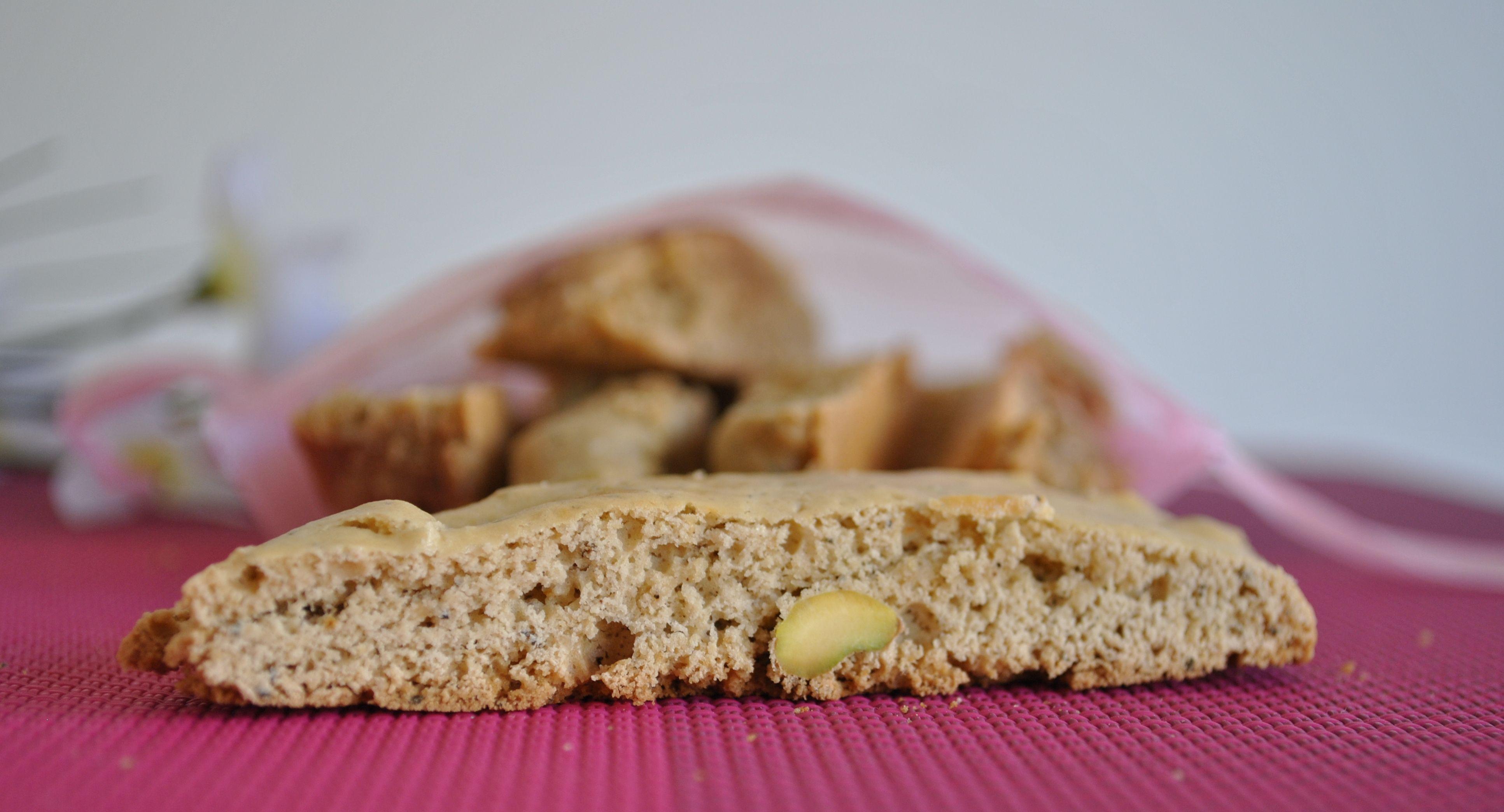 Una versione profumatissima e senza glutine dei classici cantucci, con pistacchi e tè al gelsomino
