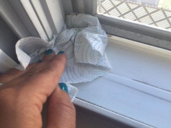 Ne perdez pas de temps à laver les cadres de fenêtres! Utilisez cette technique à la chaine!