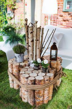 Ein selbst gemachter Gartentisch aus Birkenholz für die Lounge Ecke im Garten und garantiert einzigartig. Noch mehr Ideen gibt es auf www.Spaaz.de! #herbstdekoeingangsbereichdraussen