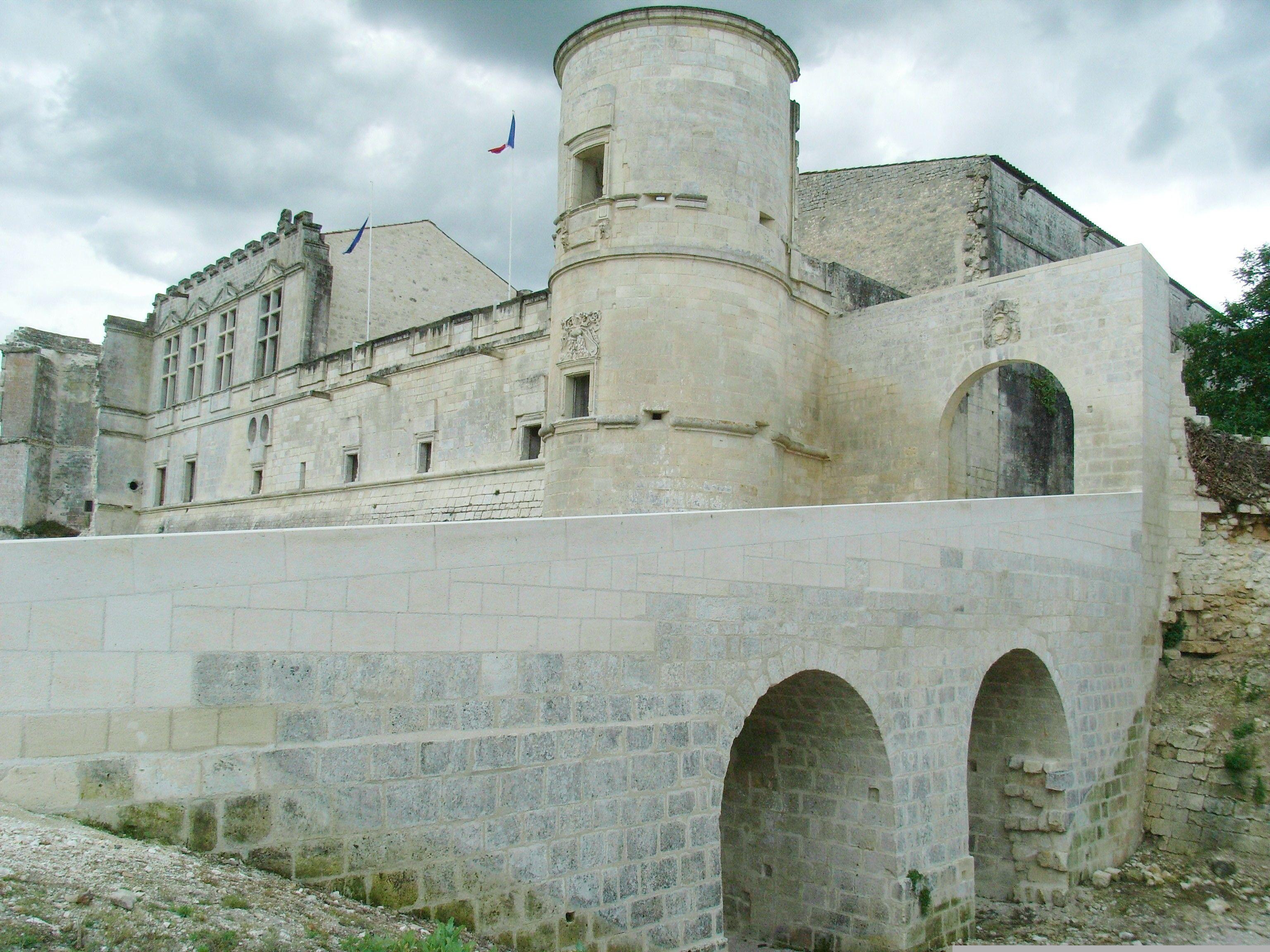 Le Chateau De Bouteville En Charente Locations Vacances France Geographie