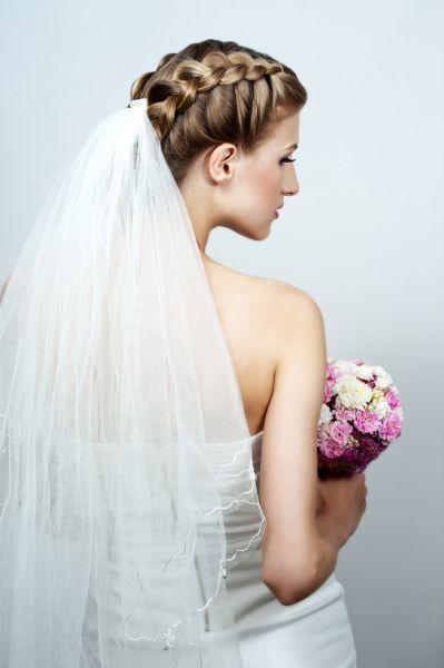 Peinados para novias con trenzas y velo