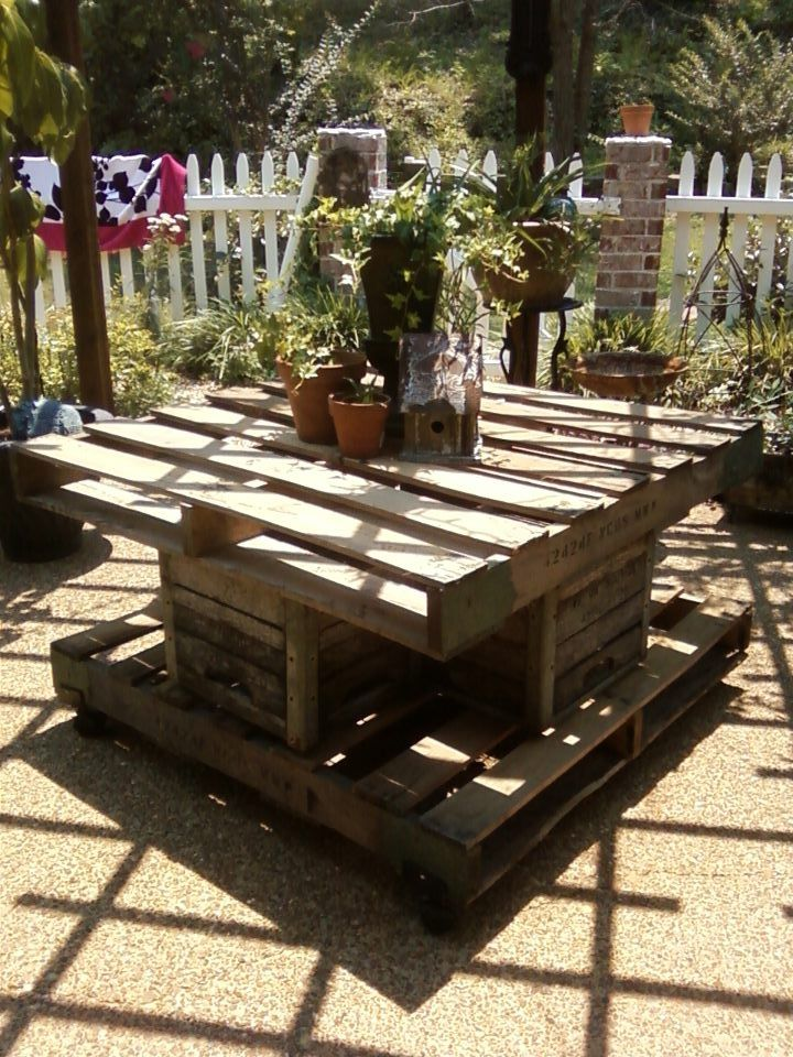 Patio pallet table pallet tables pinterest pallets for Patio table made from pallets