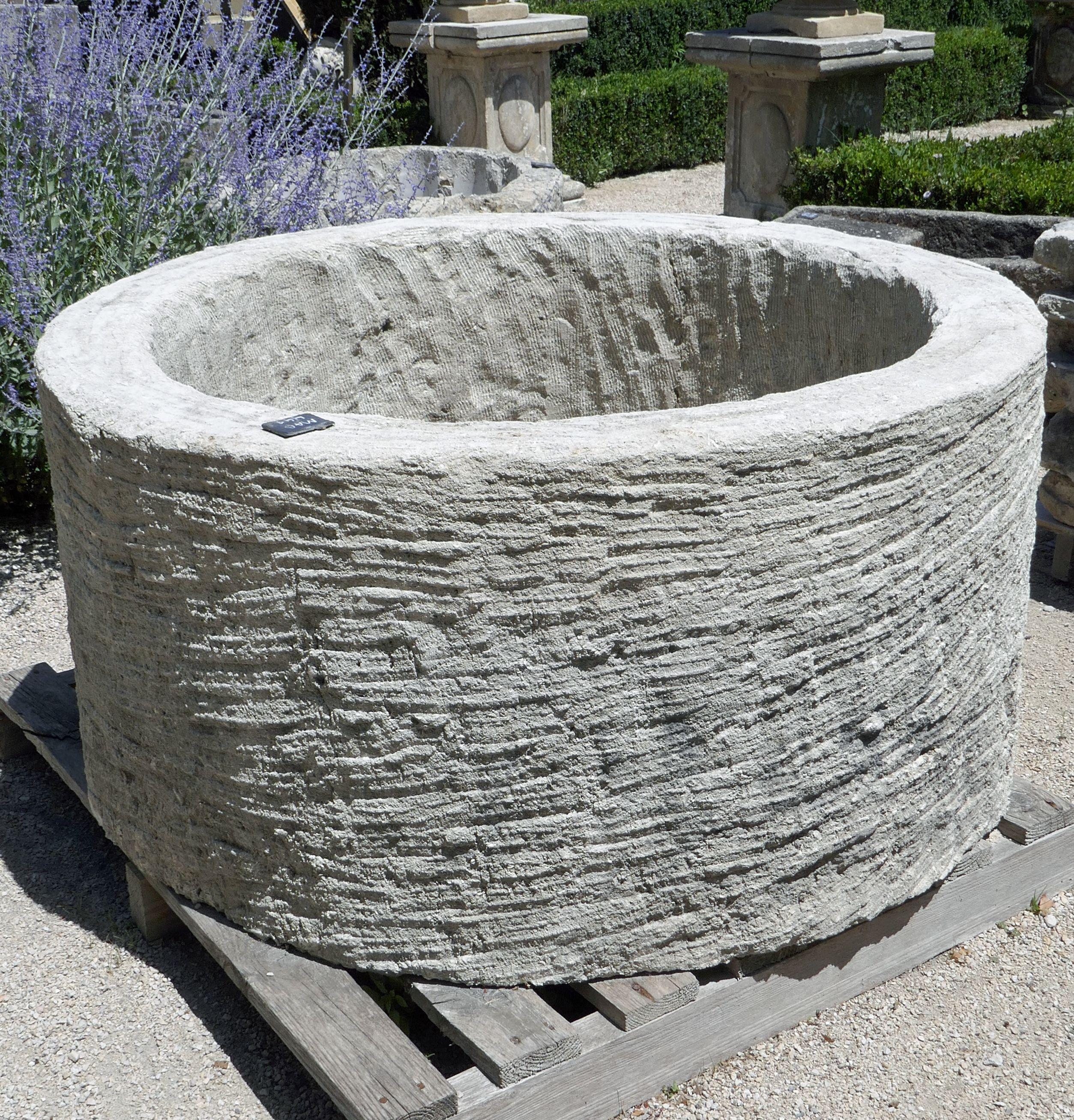 Bac Pour Arbuste De Jardin ce grand bac en pierre est parfaitement adapté pour être