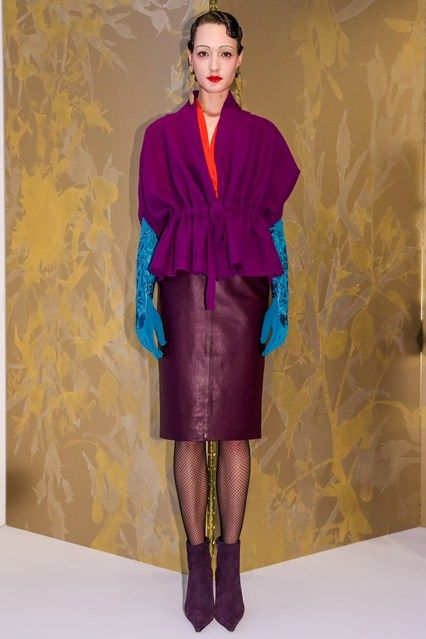I like this look by Josie Natori, love the nuance of purples, the mix of a  wool poncho/wrap top and a leather skirt, really like the gloves bringing the blue final funky touch.  An outfit I would/ will rock next winter