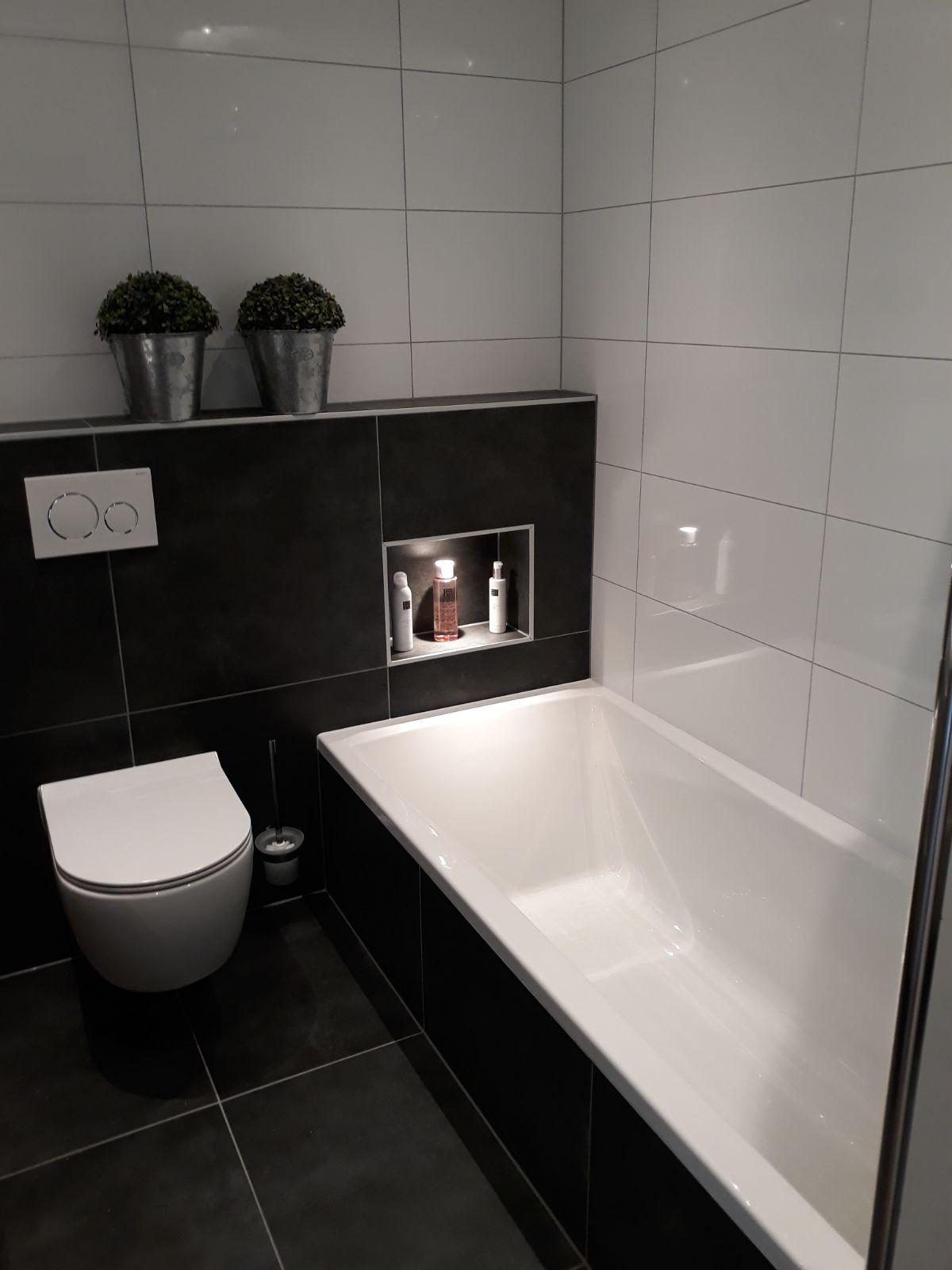 Verwonderlijk Ligbad inbouwbad, hoogglans wit wandtegels met zwarte vloertegel WW-42