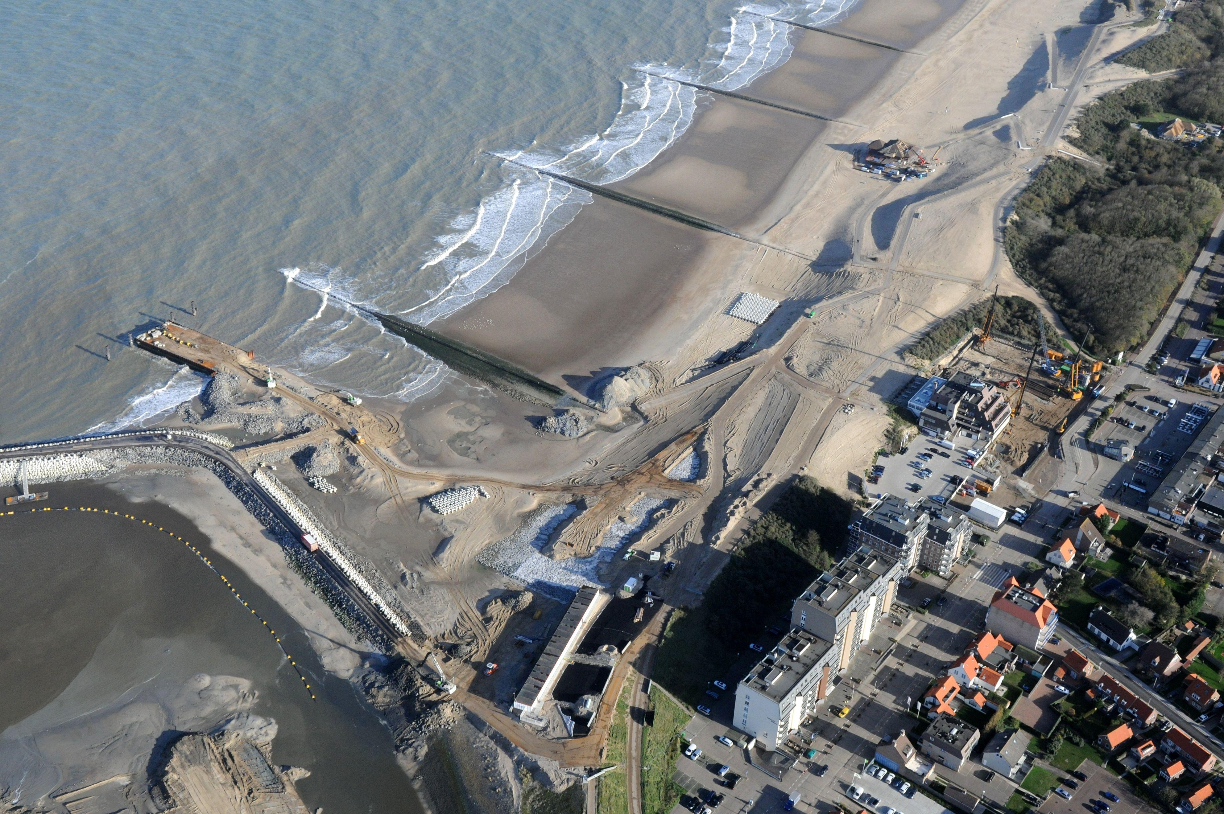 Luftfoto von der Küstenverstärkung bei Cadzand-Bad. Oben rechts im Bild der neue Strandpavillon De Piraat, unten im Bild der Kanalausgang