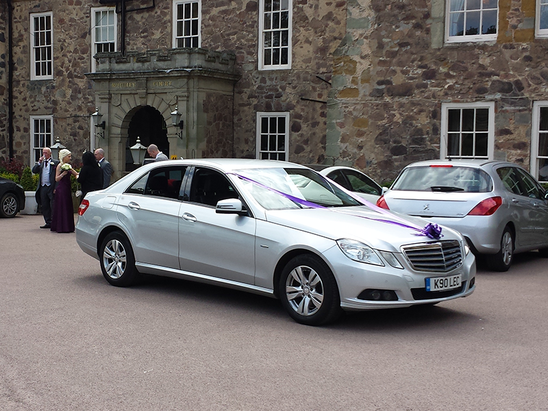 Etonnant Mercedes E Class Wedding Car With Purple Ribbons