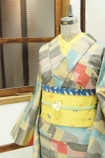 モノクロームを基調にレモンイエローやスカイブルー、ストロベリーレッドなどで織り出されたウッドパズルのようなモダンパターンが心地よいウールの単着物です。