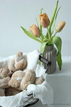selbstgemachte Roggenweckerl zum Frühstück // homemade rye flour bread for breakfast