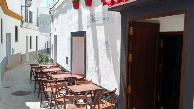 En Conil ha abierto un nuevo establecimiento. Se llama Mïnn Wine Bar y está especializado en vinos franceses y cavas. Los acompañan con quesos, chacinas y conservas de Cádiz. Todos los detalles en Cosasdecome. http://www.cosasdecome.es/sin-categora/abre-en-conil-minn-wine-bar-la-primera-taberna-especializada-en-vinos-franceses-de-la-provincia/#.VX_e4Ea1d6I