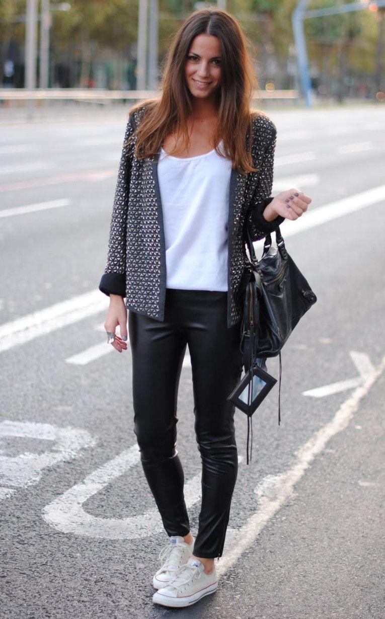 Wearing converse to the office Sport Chic, Leggings En Cuir Noir, Lederhosen  Outfit,