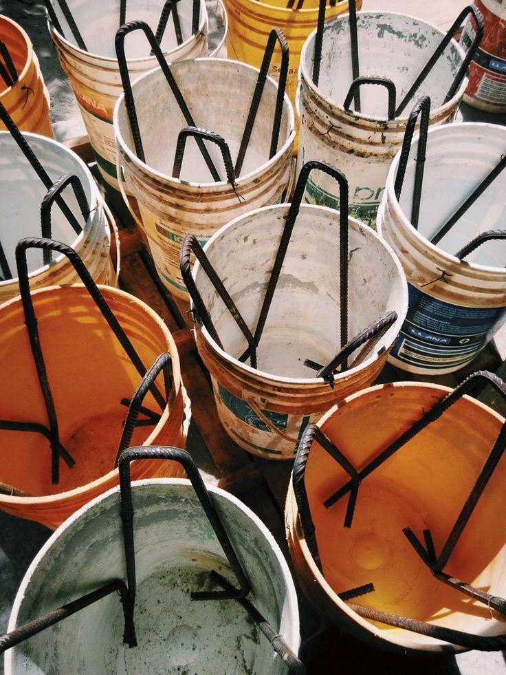 tabourets HRS en béton fabriqués à partir de matériaux recyclés trouvés sur les chantiers de constru...