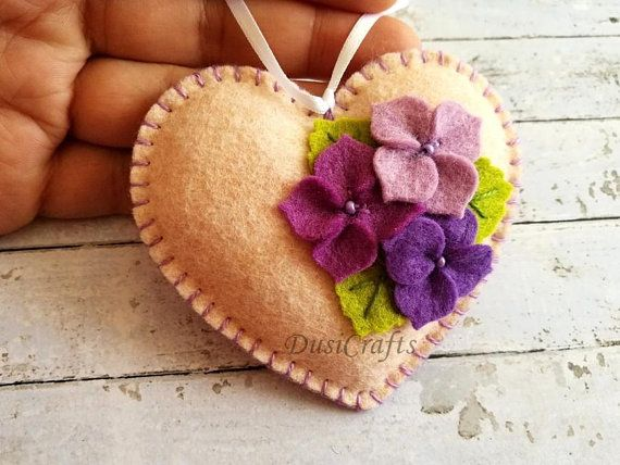 Ähnliche Artikel wie Lilac Floral Heart ornament, Mother's Day Gift for Valentines day decor, Gift for Mom, Felt Heart ornament, Valentine decorations, auf Etsy