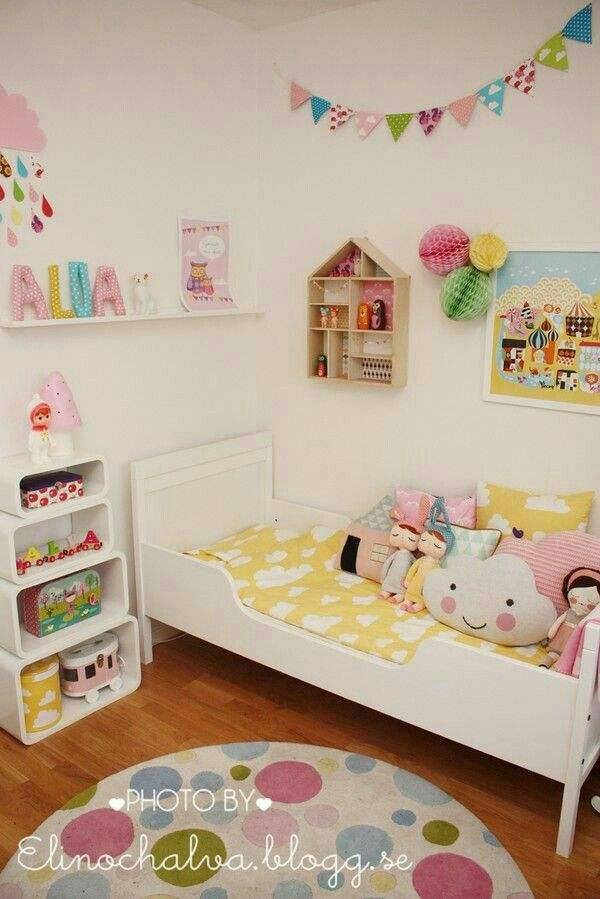 White walls prints shelves kids room pinterest for Cuartos para ninas pintura